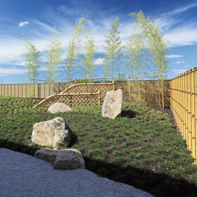 屋上に設けた和風庭園で存在感を放つ美しいみす垣