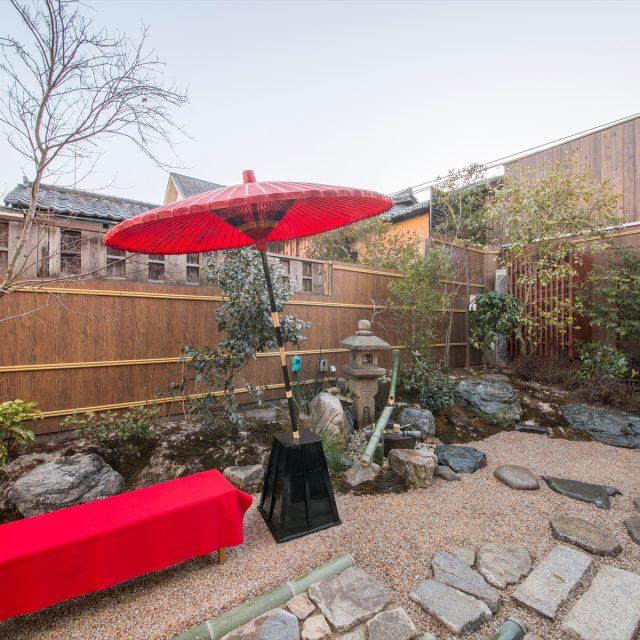 杉皮のボードをあしらい、より趣のある和風庭園に