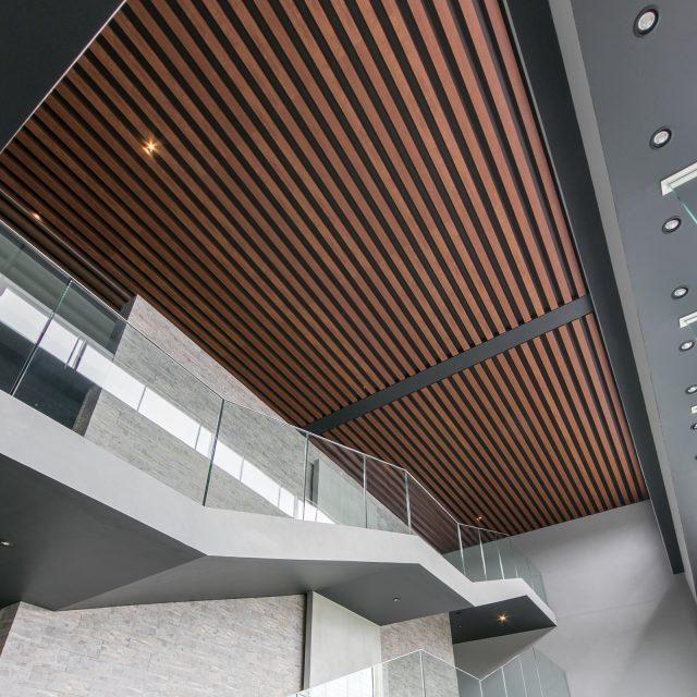 意匠性に優れたエバーアートウッドは、店舗や施設、マンションなどの外装・内装デザインにも最適