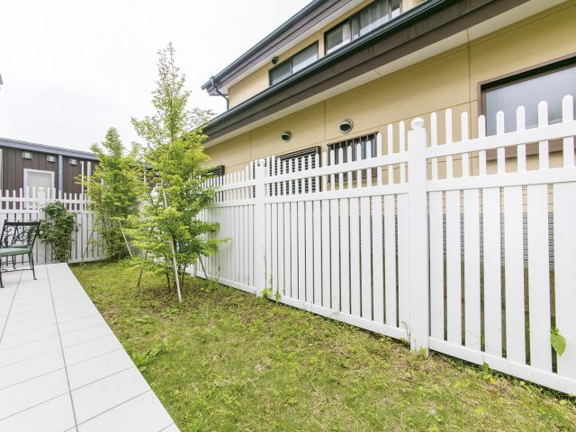 フェンスの洗練された意匠で庭がグレードアップ