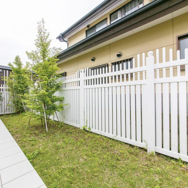 フェンス上部の洗練された意匠で庭がグレードアップ
