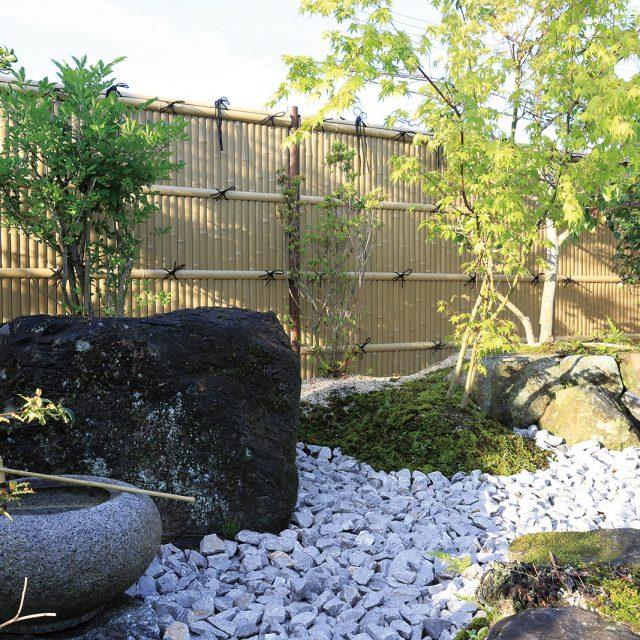 緑が美しい和の庭園の背景を彩ります