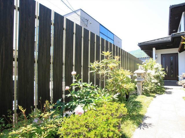 大和塀フェンスを使用した和風アプローチ