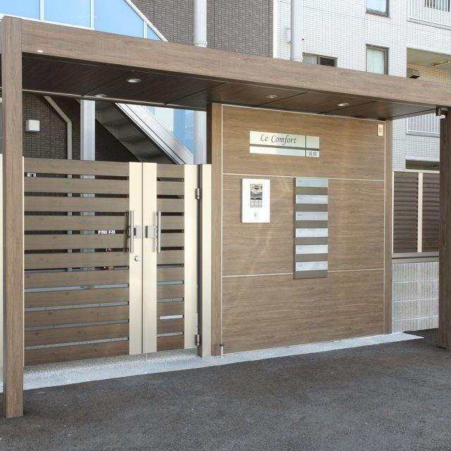 ホームヤードルーフ屋根シングルを使用したマンションの玄関