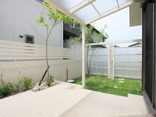 ポーチを同色のフェンスで囲って、爽やかでくつろげる空間に