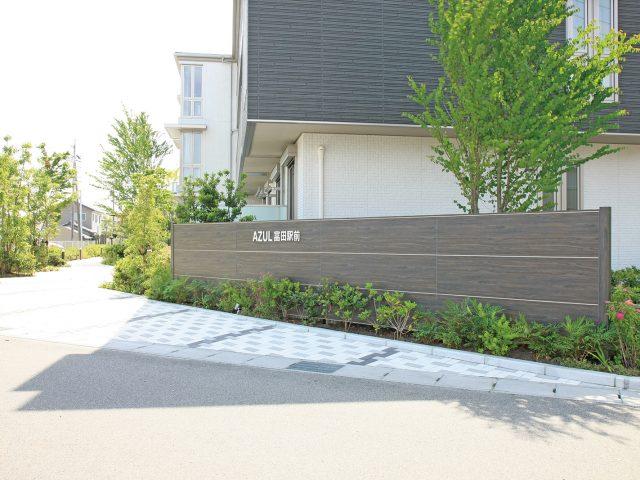 街並みの美観を考えて植栽とも調和する壁面に