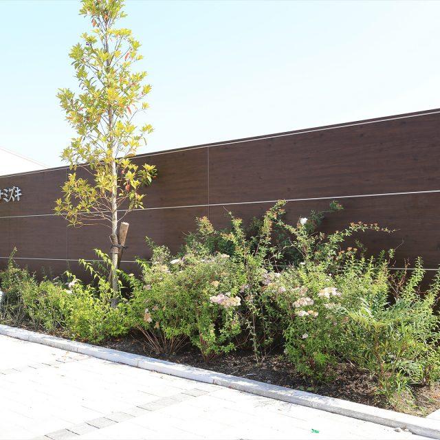 植栽が美しく映える集合住宅の館銘板