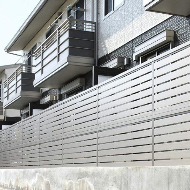 多段フリーポールを使った2段仕様のエバーアートフェンス センシア。ステンカラーのシンプルなデザイン