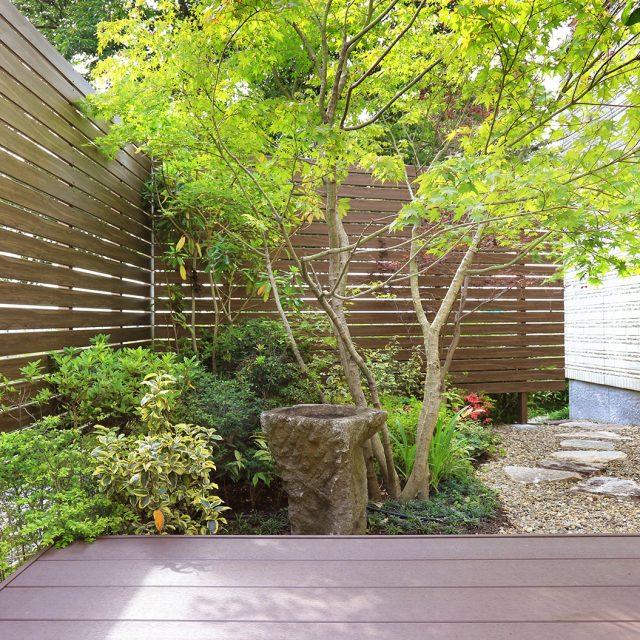 表情の柔らかいラウンド板の表面を庭側にした施工例