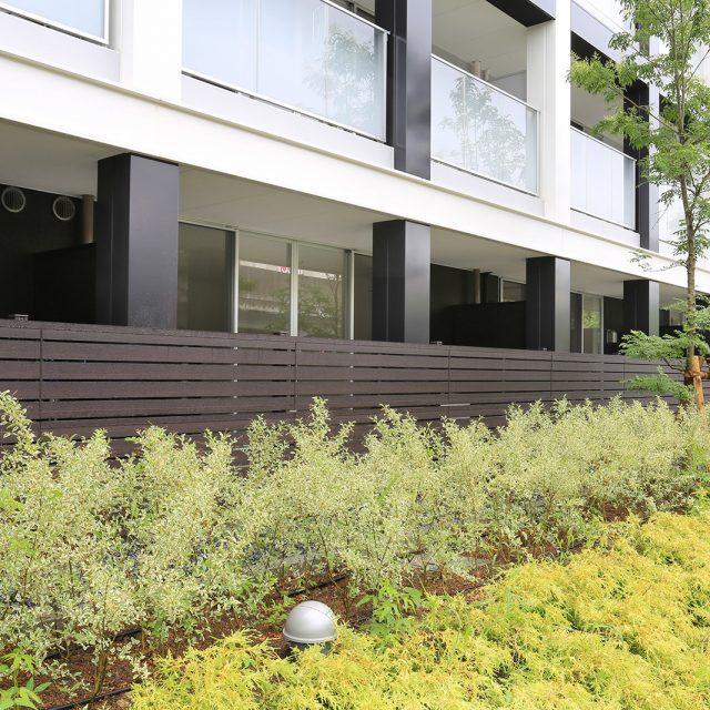落ち着きのある木目柄フェンスは植栽とも調和します