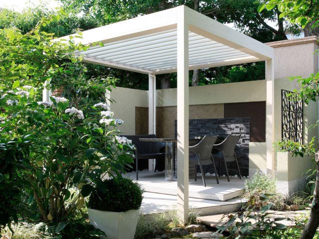 外に創るもうひとつのリビングで、庭をプライベートな空間として楽しむ