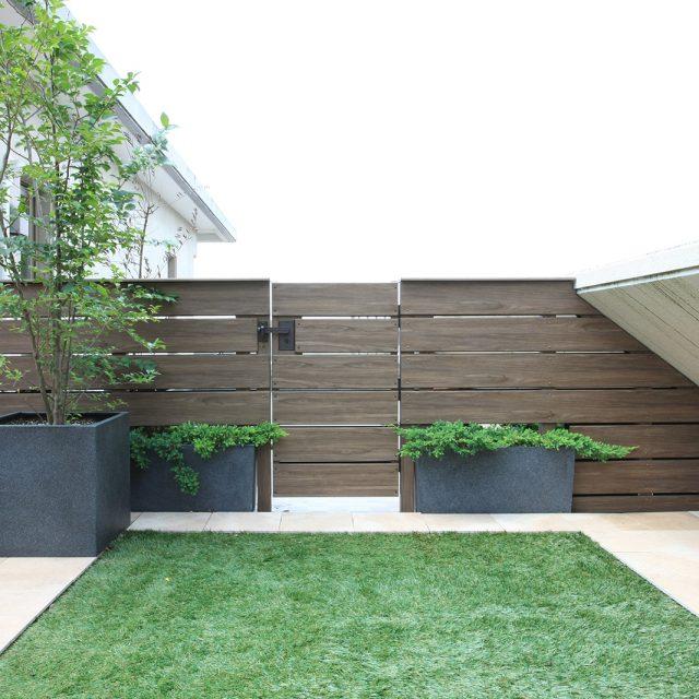 扉とフェンス、同じ部材を使用することで 一体感のあるデザインに
