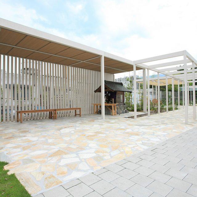 医療・福祉施設の外休憩所にホームヤードルーフ屋根ダブル使用を設置
