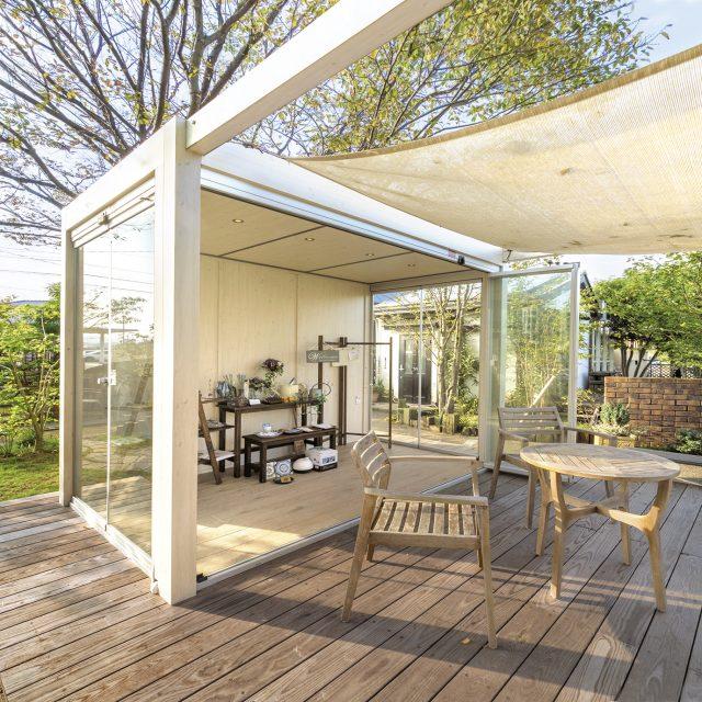お庭にオールグラスポーチスライド&ターンシステムを使用した空間
