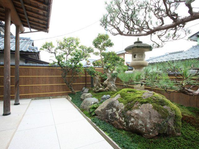 和風庭園の背景に、エバーアートボード(杉皮)を使って景観をつくります