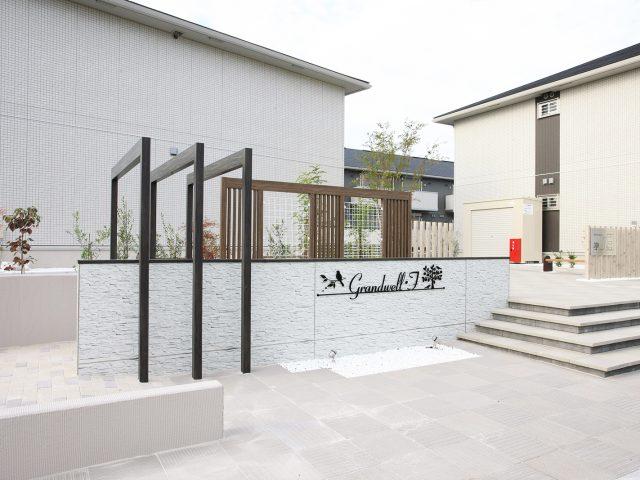 集合住宅のファサードに存在感のある石柄テクスチャーを使用