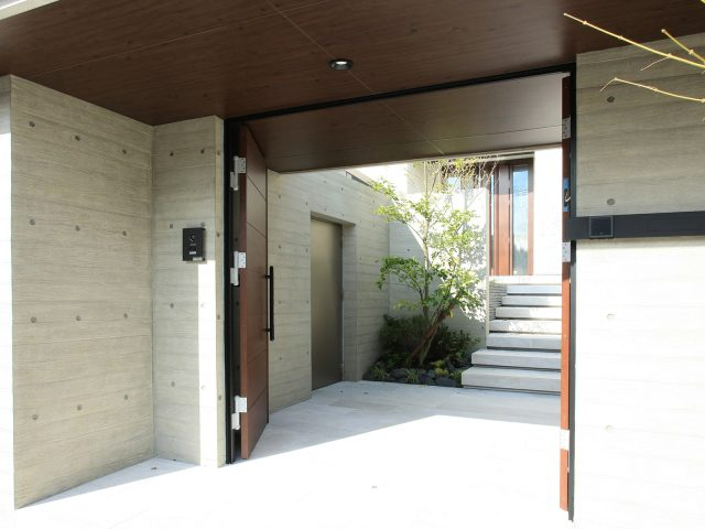 モダンな建物にも木柄のダークパインは上手く調和します