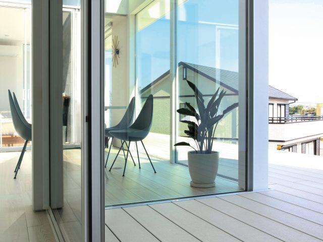 ホワイトカラーのデッキを使い室内と調和した心地よい空間に