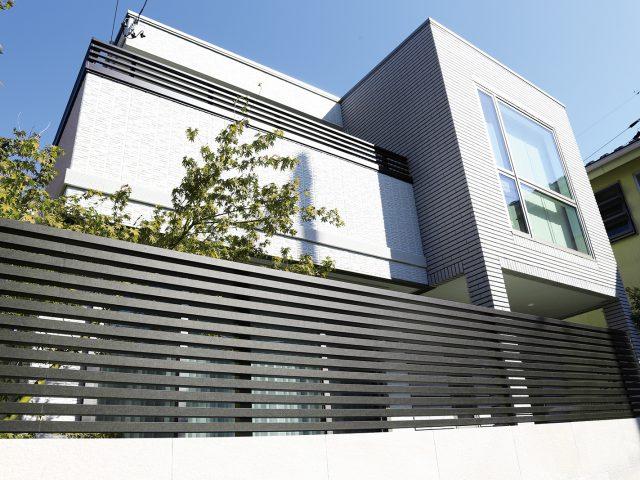 モダンテイストの建物に合わせやすい。金属の深みと変化のある質感を再現