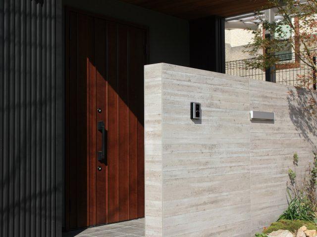 杉板目コンクリートを忠実に再現しました。エントランス部分に迫力のある空間を