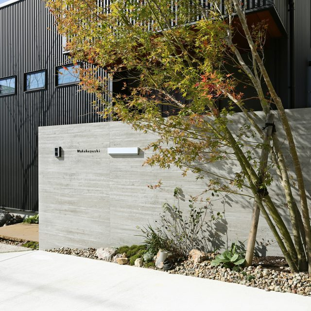 RC杉板の存在感のある門壁に、レターを繊細にレイアウト