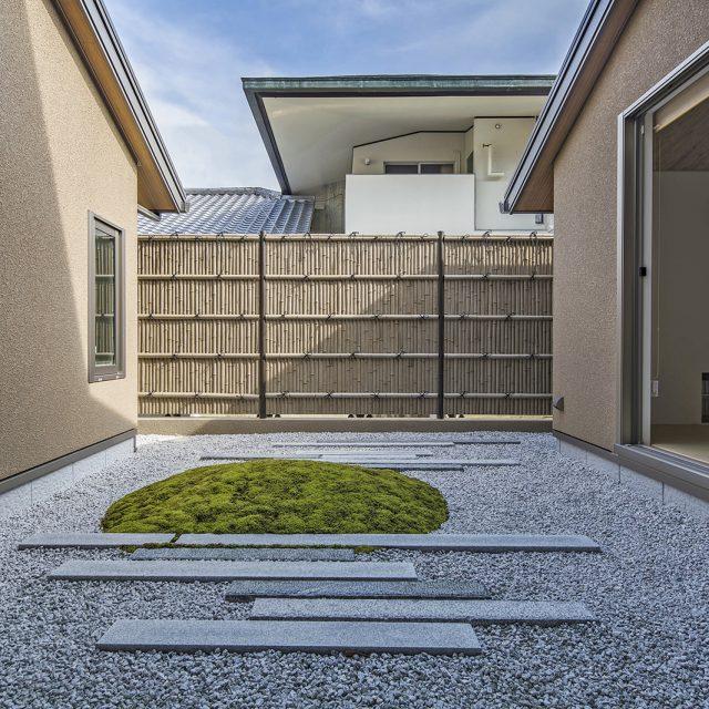 古竹さらし竹を使用し、凛とした和風の庭に