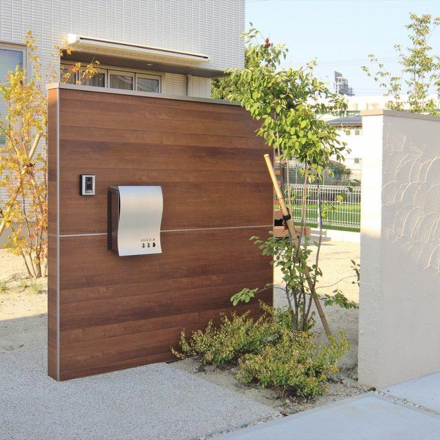 木柄の表情が美しい門袖を家の顔としてデザイン