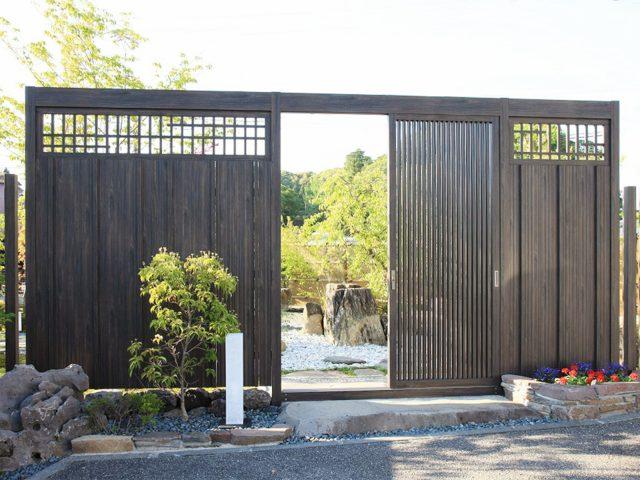 和風庭園の入り口を引き戸のあるスクリーンで仕上げる