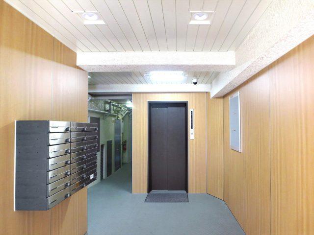 屋内から外壁まで同じテクスチャーで空間に広がりを