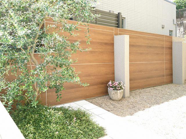 庭を囲むナチュラルカラーのフェンスが緑と上手く調和