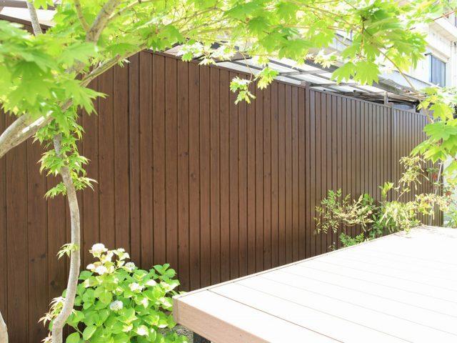 施工性に優れた木目調の樹脂製フェンス