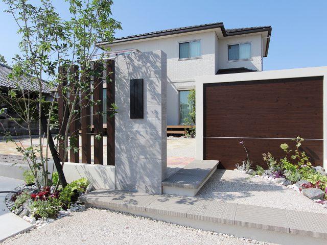 木柄や石柄のエバーアートボードを使用することで植栽と相まってナチュラルな空間に