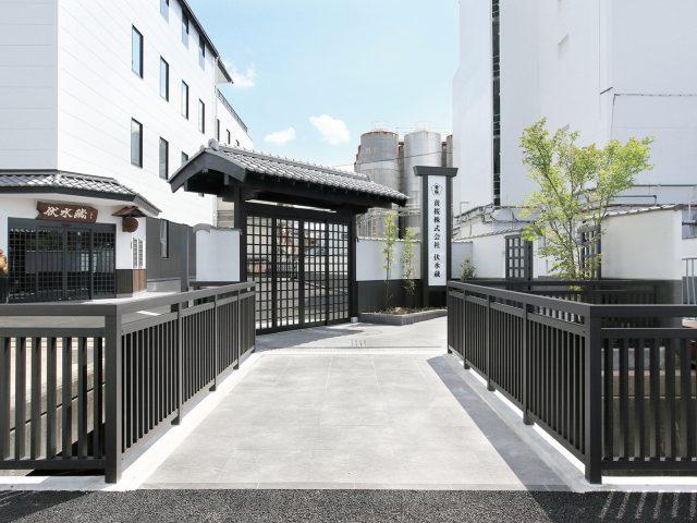 風格のある和風の門と調和したエバーアートウッド部材