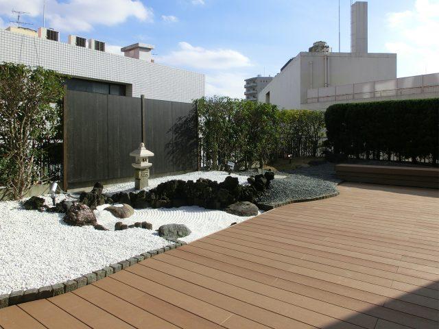 都会の屋上に、癒やしの場所となる和の庭