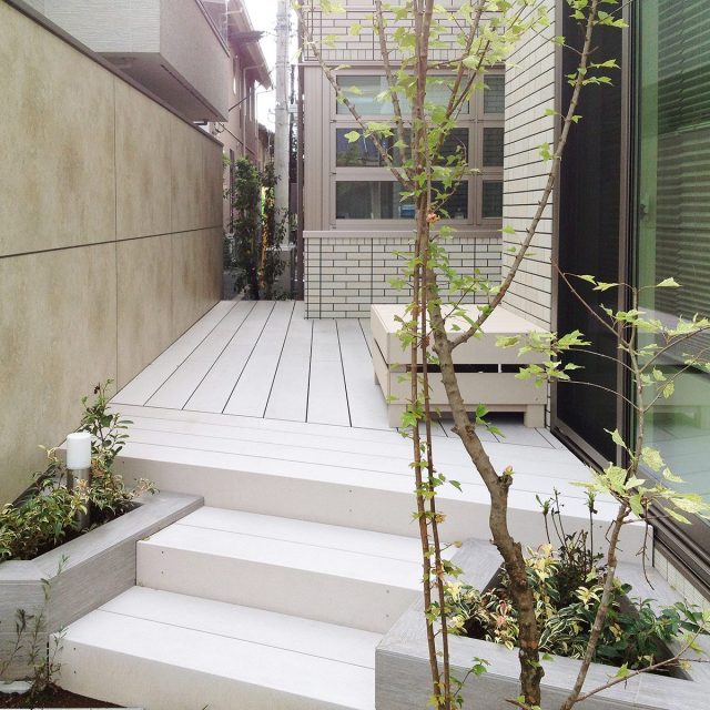 庭で快適に過ごすプライベートな空間づくりには、目かくしフェンスが必要です