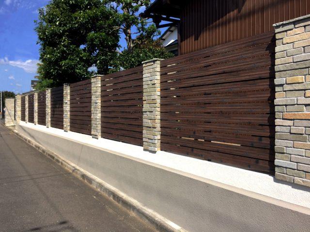 アルミこだわり板を使って連続性を与えることで 美しい木目調フェンスに