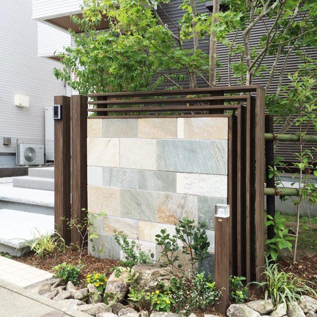 アルミ平板を使いエクステリアを演出。オリジナル門柱をデザイン