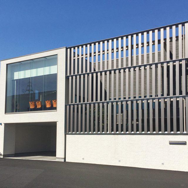 アルミ平板を使って建物を特長のあるデザインに