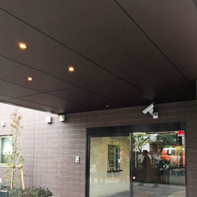 薄く軽い素材なので天井材にも最適。エントランスに高級感を与えます