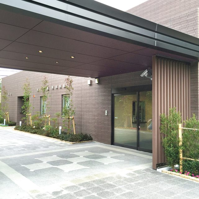 医療・福祉施設の玄関周りにエバーアートボード ラスティコッパー色を採用
