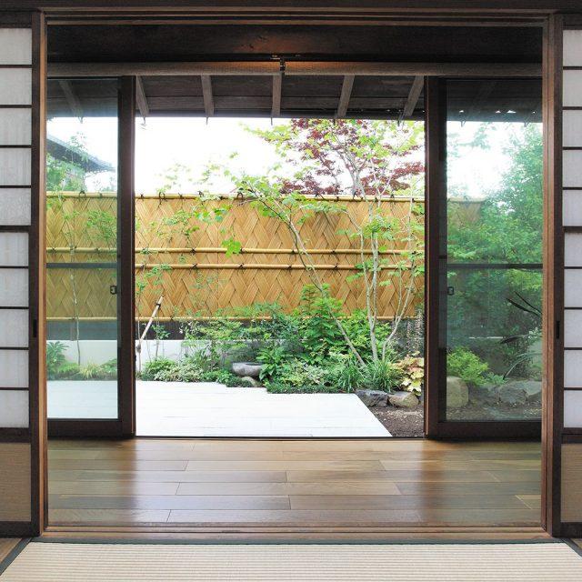 風通しのために足元を大きく開け、竹の中桟を2本通すことでバランスよく