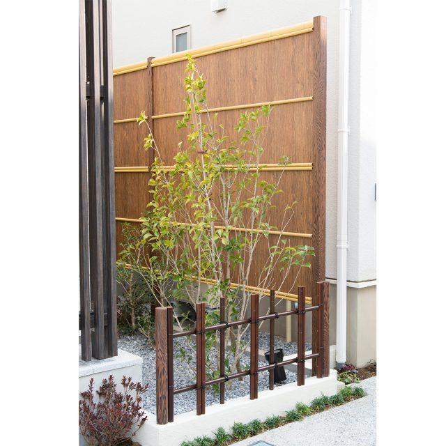 和風の空間をつくる杉皮のフェンスを演出する
