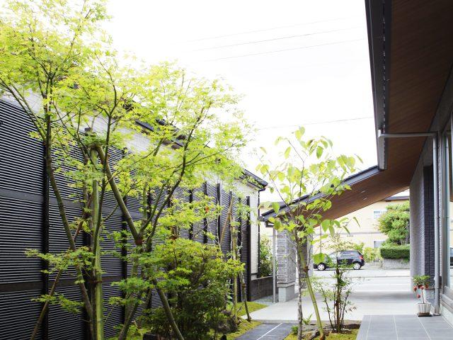 黒竹のみす垣を使用して落ち着いた雰囲気に