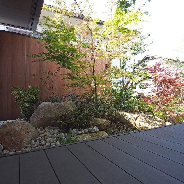植栽の背景に調和する木柄のエバーアートボードウォールセット