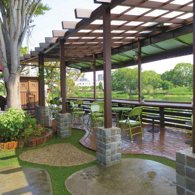 Jポーチで憩いの空間に。屋根がポリカ仕様なので雨を防ぎ光を取り込みます