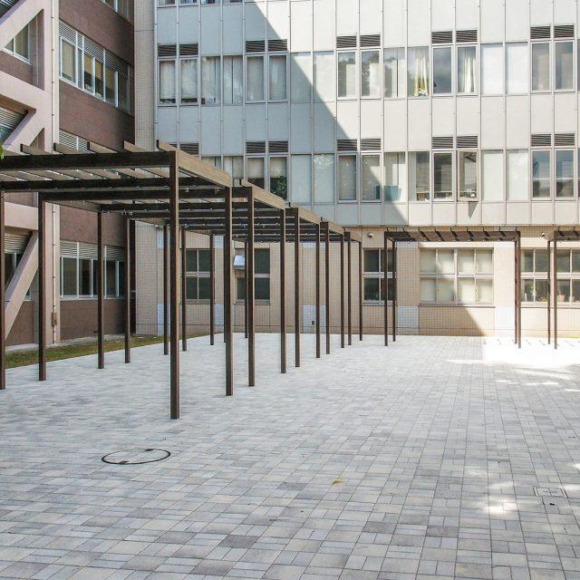 パーゴラ・ポーチ独立タイプを使用した教育施設の現場