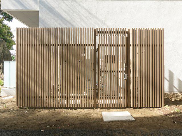設備機器の目かくしに扉付きの格子フェンスでしっかり囲んで