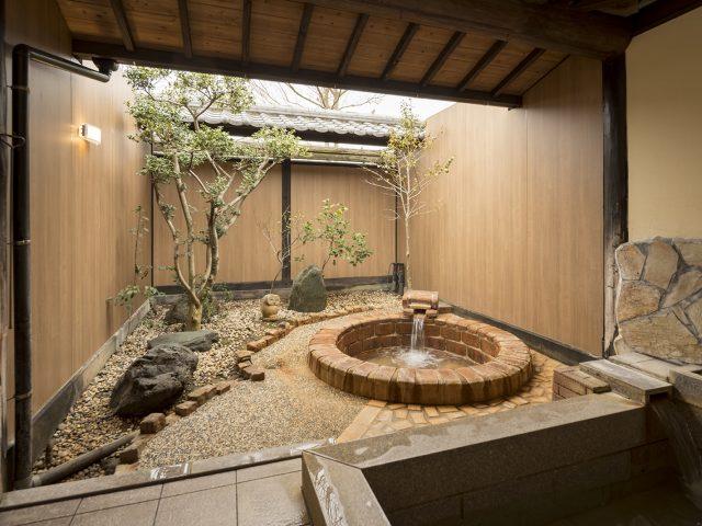 貸し切り風呂の壁面をリニューアル。空間の価値を高めます