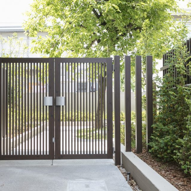 ダークパイン柄のエバーアートウッド門扉とスリットフェンス用格子材で門まわりをつくる