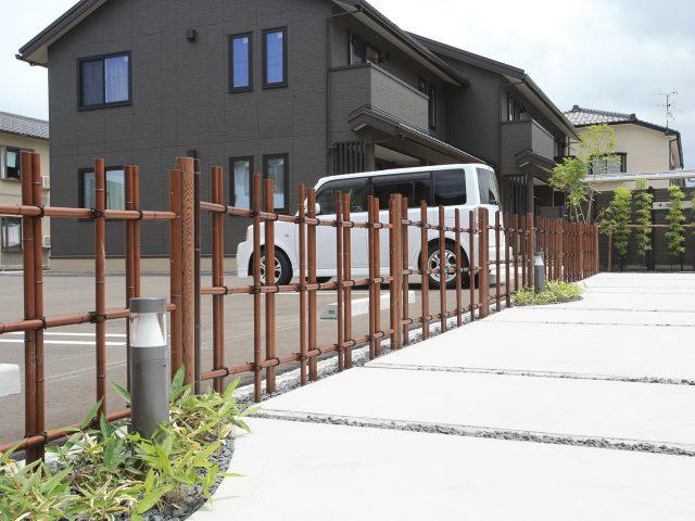 四ツ目垣フェンスL型を集合住宅の駐車場に使用